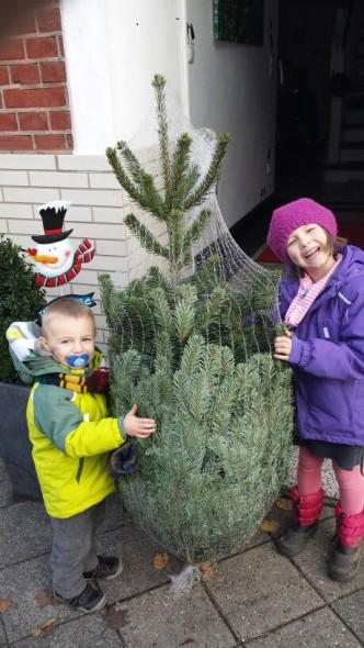 Weihnachten und Lina mit Baum