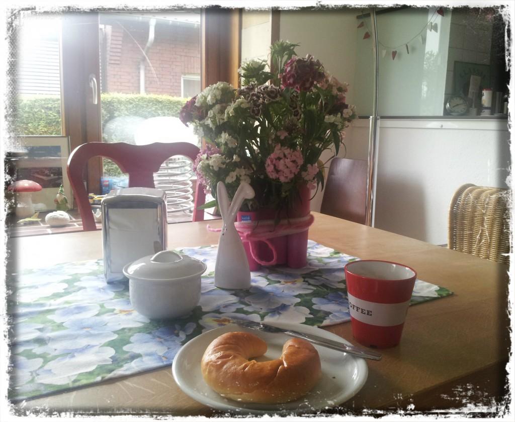 12. Mai 2014 Frühstück mit Hörnchen und schwarzem Lebenselixier