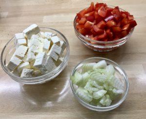 Paprika, Feta und Zwiebel in Würfeln