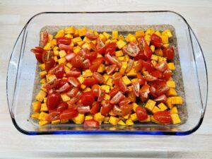 Tomaten auf den Süßkartoffen verteilen